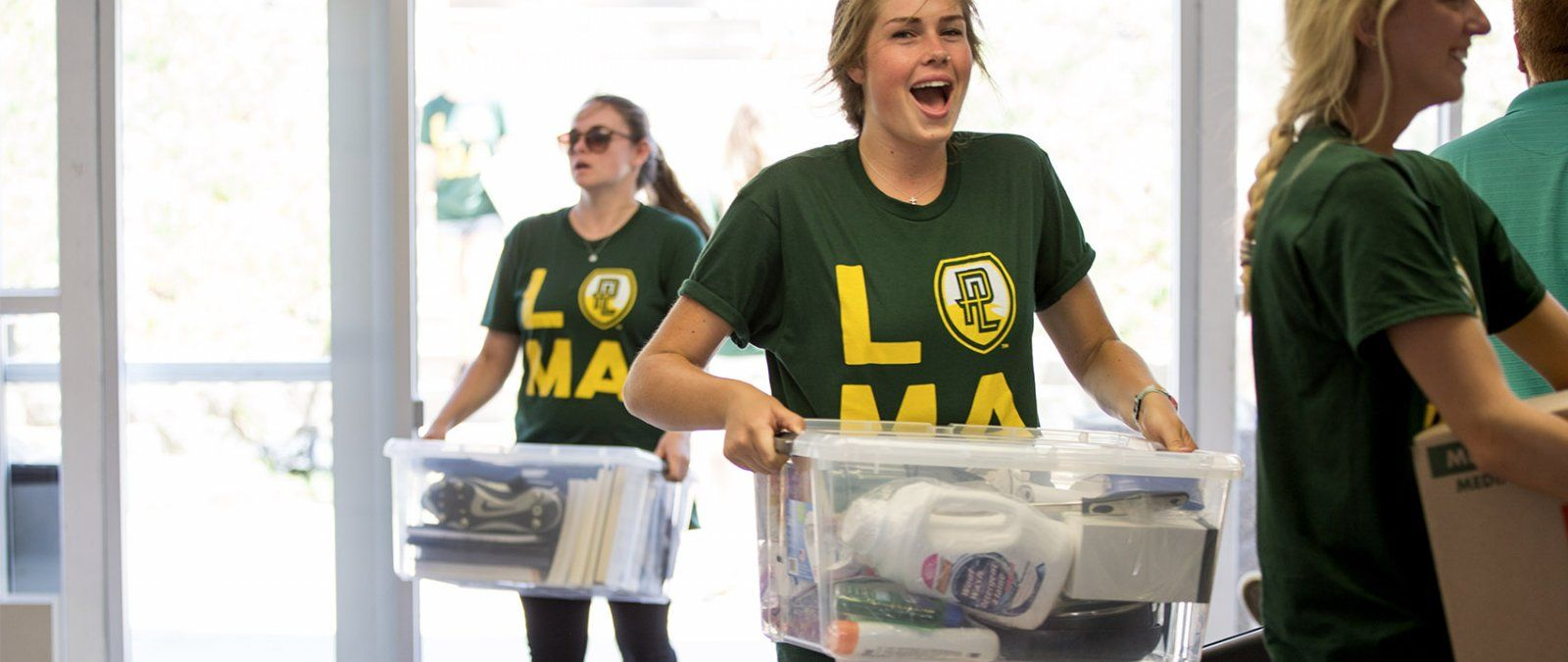 Students help incoming freshmen and transfer students move in during NSO.